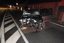 V neděli 17. listopadu v noci při kolizi Škody Octavie došlo k poškození sloupu veřejného osvětlení, dopravního značení a oplocení pozemku rodinného domu.