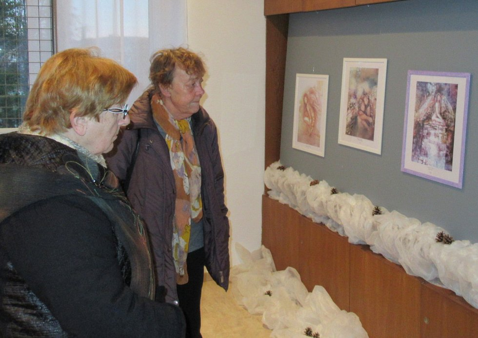 Výstavní místnost veselského kulturního domu v neděli 8. prosince v 16 hodin naplnili návštěvníci převážně v modrém oblečení. Konalo se totiž slavností zahájení výstavy obrazů Václavy Macků - Modré z nebe.