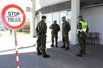 Návštěva vojáků velitele 15. ženijního pluku plk. Jiřího Trša na hraničních přechodech.