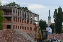 Z bývalé administrativní budovy vznikají první byty.