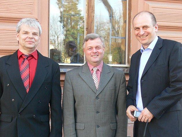 Petra Gandaloviče (vpravo) v Táboře přivítali předseda představenstva MHD JIH Karel Bednář (uprostřed) a ředitel Václav Dvořák