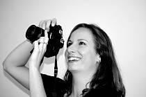 """Janu Gruntovou potkáte s fotoaparátem v ruce na nejedné svatbě v Jihočeském a Středočeském kraji. Třiatřicetiletou matku dvou dětí z Dražic uchvátilo focení, už když byla malá. Fotí děti, krajinu i sport. A také staré lidi. """"V jejich vráskách jsou vepsány"""