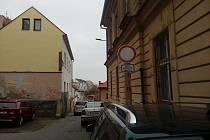 Ústeckou ulici trápí neukáznění řidiči.