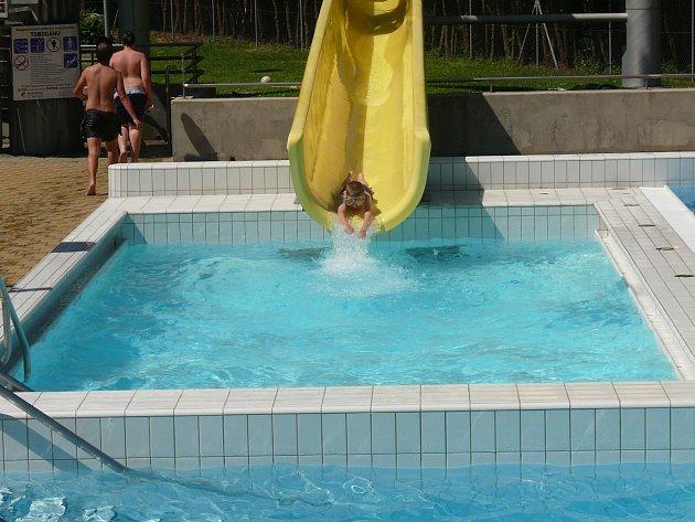 UŽÍVAJÍ TEPLÝCH DNŮ. Ani ve všedních dnech není v táborském venkovním bazénu prázdno.