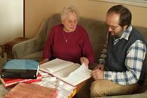 Už jsou tomu čtyři roky, co Marie Lacinová předala psaní veselské kroniky Václavu Jelínkovi. Ten už záznamy nevpisuje perem do tlustých knih, ale zvolil si možnost psát kroniku na počítači. Prý kvůli svému škrabopisu.