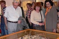 Lubor Bezecný z Tábora byl jedním z mnoha návštěvníků středeční vernisáže výstavy věnované  významnému táborskému přírodovědci.  V galerii na Žižkově náměstí v Táboře jsou tak kromě dalšího k vidění  fragmenty  Hnízdovy sbírky minerálů.