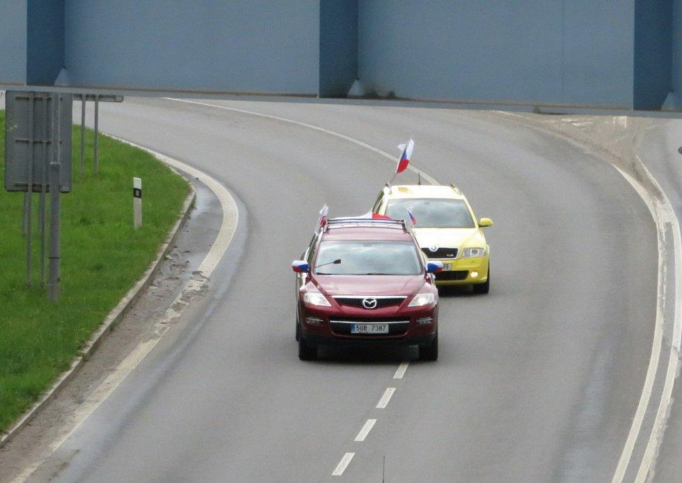 V neděli 2. května se asi tři desítky automobilů vybavené českými vlajkami setkaly v Táboře a vyjely směr Písek.