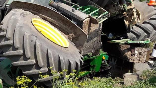 U Hrabětic se srazil kamion s traktorem. Zranili se dva lidé, jednoho vyprostili