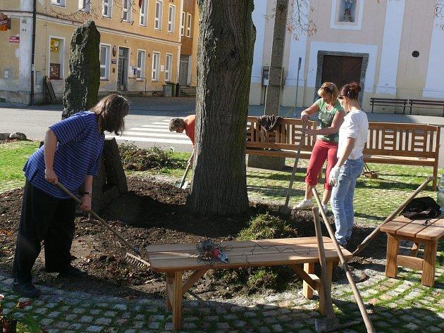 Poslední úpravy nadějkovského náměstí.