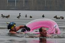 Otužilci vyrazili do vody s důmyslným plavidlem.