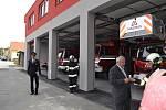Nové garáže poskytnou osm nových stání pro profesionální hasiče.