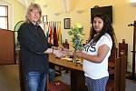 V pátek přijal táborský starosta Jiří Fišer osmnáctiletou Alenu Kováčovou, aby jí předal květinu a symbolické dárky jako výraz poděkování za záchranu tonoucího dítěte.