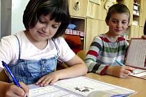 PŘI PSANÍ.  Budoucí čtvrťáci Eva a Matouš píší Comenia Scriptem od první třídy. Písmo si pochvalují.
