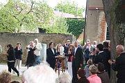 Slavnost odhalení busty dirigenta Karla Ančerla (+ 1973) v rodných Tučapech na Soběslavsku.  Jinou dirigentovu bustu, od sochařky Anny Duškové-Halmlové, převzala v Tučapech pro Toronto kanadská velvyslankyně Barbara Richardson.