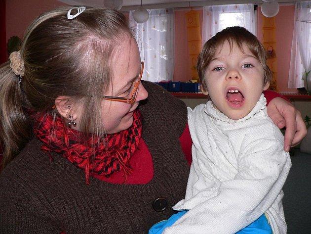 Tříletá Klárka Boháčová se ze všeho nejraději chová. V náručí maminky Michaely.
