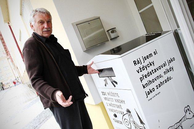 KDYKOLI. Od včerejška je v Táboře možné vracet knihovně tituly  přes bibliobox. Vyzkoušel si ho Vladislav Říha.