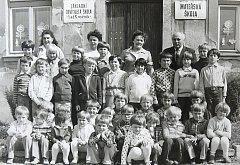 DĚTI VE TŘÍDĚ. Poslední žáci, kteří navštěvovali školu v roce 1981/1982, s řídícím učitelem Václavem Vodrážkou. Poté došlo k jejímu zrušení.