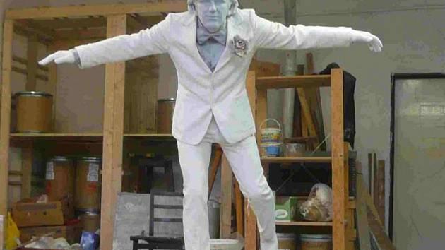 Plastika oblíbeného herce bude balancovat na zídce u táborského gymnázia.