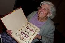 Marie Králová. Před válkou a za války vystřídala několik zaměstnání; po osvobození pracovala jako administrativní pracovnice ve Frankově tiskárně a poté v podniku Restaurace a jídelny.