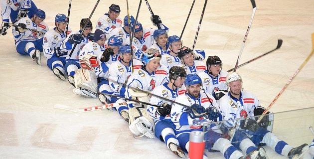 Hráči B mužstva HC Tábor se na suchu připravovali velmi svědomitě. V nadcházející sezoně by si proto chtěli táborský vítězný rituál (na snímku) užit na ledě co nejčastěji.
