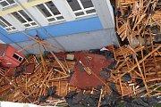 V neděli kolem desáté hodiny večer zasáhla Sezimovo Ústí vichřice, která nejen vyvrátila několik stromů, ale uvolnila i celou střechu na Základní škole Švehlova.