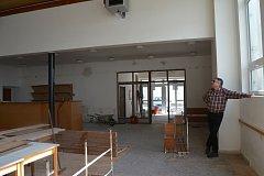 Starosta Radek Lamboj kontroluje průběh rekonstrukce kulturního domu.