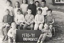 Třída v roce 1970. Lubomír Hnilička, který snímek poskytl, sedí vpravo dole vedle cedule s Jaroslavem Trojanem (zleva)