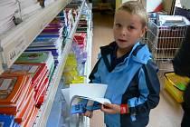 Školáci dokupují školní pomůcky.