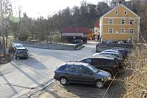 Pod vodopádem stojí auta i nyní, a to na šotolinovém provizorním parkovišti i u plotu tenisového areálu. Nová parkovací stání dodají parkování pravidla.