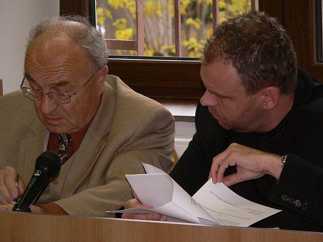 Údajně půjčovali peníze lidem, u kterých věděli, že je nebudou moct splácet. Nejvyšší trest hrozí Liboru Bartoškovi (vpravo), jehož obhajuje advokát Karol Stano.