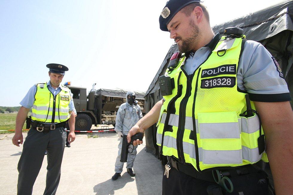 V případě ozáření radiací policistů a vojáků by se o dekontaminaci zbraní a jejich držitelů postarali armádní chemici.