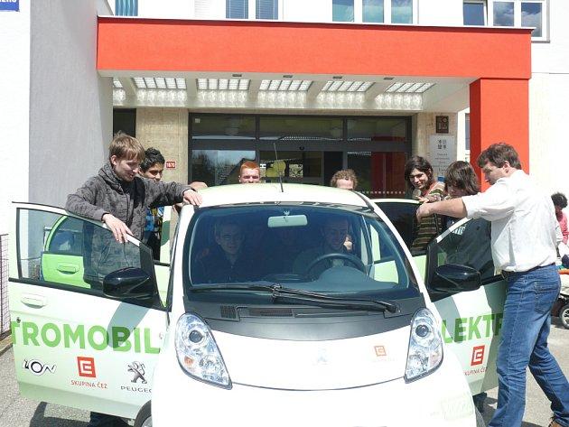 Společnost ČEZ půjčila táborské průmyslovce auto na elektřinu. Studenti se k focení u malého modelu příliš neměli. Štafetu po nich přebírá táborské gymnázium.