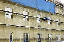 Stavbaři z firmy Outulný, která zakázku vyhrála,  pracují na stavbě nového moderního domu pro seniory v Bechyni. Práce jdou zatím podle harmonogramu a mají být hotové do konce října. Poté je na řadě kolaudace, stěhování a zkušební provoz.