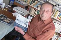 MEZI KNIHAMI. Spisovatel Přemysl Veverka je ve svém táborském sídlištním bytu 1+1 knihami přímo zavalen a spousty další jsou ještě v rukopisech. Stejně jako knihy,  miluje znalec historie a osudů  lidí z Lidic, svou dýmku a fenku zlatého retrívra Báru.