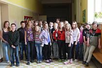 Na snímku vychází žáci ZŠ Husova z volební místnosti, kde hlasovali pro školní politické strany. S kapacitními problémy se potýkají i větší školy. V minulých letech  sloučilo vedení města šest škol –  vznikly tři.