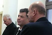 OBŽALOVANÍ (zleva) Karel Berka, Stanislav Snášel a Martin Hart před jednací síní táborského okresního soudu.