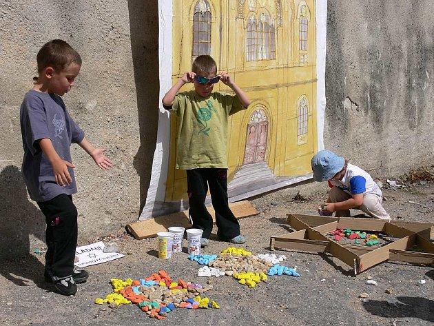 TÁBORSKOU SYNAGÓGU děti znovu postavily, i když jen symbolicky v rámci happeningu, při kterém skládaly barevné kamínky do tvaru židovských hvězd, a to přesně v místě, kde byla synagóga před třiceti lety zbořena.