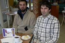 Na návštěvu za Nikolou Moravcem (vpravo) nás doprovodil pracovník komunitního týmu Fokusu Petr Tonder.