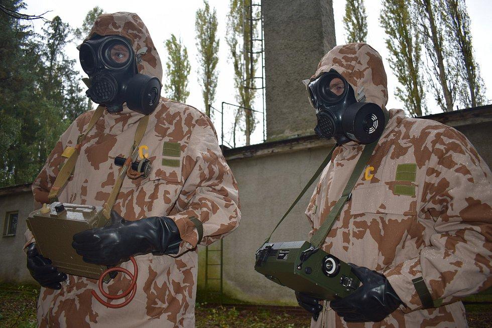 Činnost s chemickým průkazníkem CHP - 71, CHP-5. Cvičící mají oblečený Filtrační ochranný oblek FOP - 96.