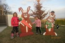 Nejen s vnoučaty vyráběla Marcela Slabá jarní a velikonoční dekorace do zahrady.