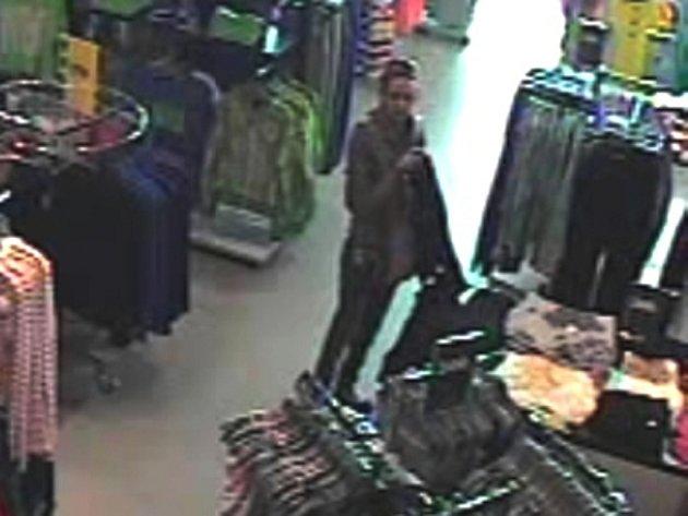 Kamery zachytily mladou dívku, pokud ji znáte, oznamte to na policii. Mohla by být důležitým svědkem.