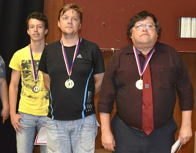 Zleva bronzový Daniel Barrish, druhý John Arni Nilssen a vítěz Igor Naumkin.
