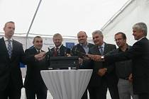 ZAHÁJENÍ MODERNIZACE. Na kolejnici poklepali také starosta Soběslavi Jindřich Bláha (1. zprava) a Veselí nad Lužnicí Václav Matějů (2. zprava).