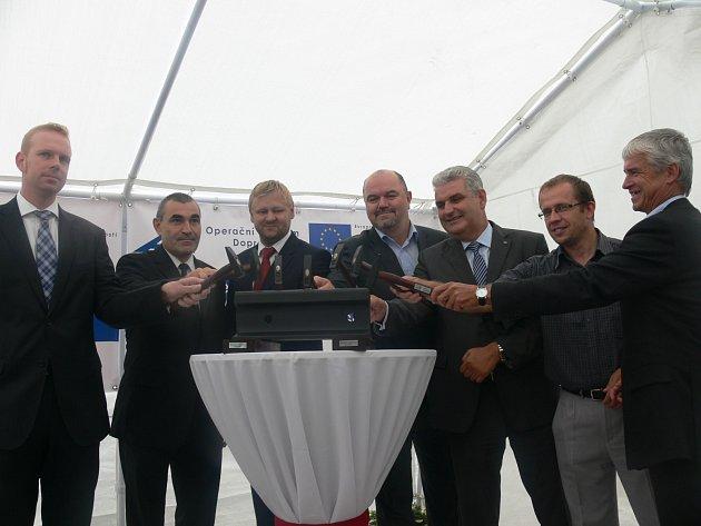 b5eec2448f6 Na kolejnici poklepali také starosta Soběslavi Jindřich Bláha (1. zprava)  ...