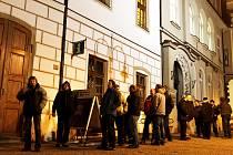 VYSTÁLI SI FRONTU. Asi čtyři desítky lidí včera nedočkavě čekaly na otevření táborského infocentra na Žižkově náměstí, aby si mohly koupit vstupenky na letošní ročník slavností piva v Palcátu. Někteří zájemci přišli už v šest hodin ráno.