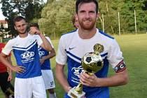 Michal Hell s pohárem za triumf na letním turnaji v Sezimově Ústí.