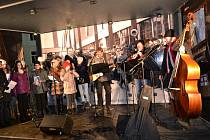 Devátého ročníku Česko zpívá koledy v Táboře se zúčastní patnáct dětí ze základní školy Mikuláše z Husi. Navíc je doprovodí tříčlenná kapela Sklepmistři.