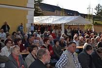 Vernisáž navštívilo skutečně hodně lidí. K dispozici bylo občerstvení a k poslechu zazpíval soubor Harmonie.