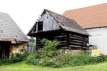 Na dvoře Urbanova statku stojí například stará roubená sýpka.