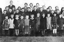 DĚTI S UČITELEM. Bývalý žák Bohuslav Kučera našel ve svém archivu fotografii školou povinných dětí s jejich učitelem. Nedochovala se však informace o konkrétní třídě.